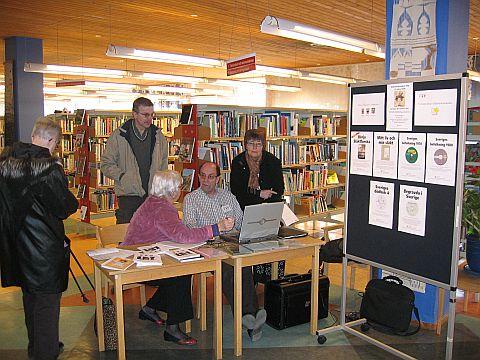 Sven Edman visar hur man söker i databaser på Stadsbiblioteket i Köping